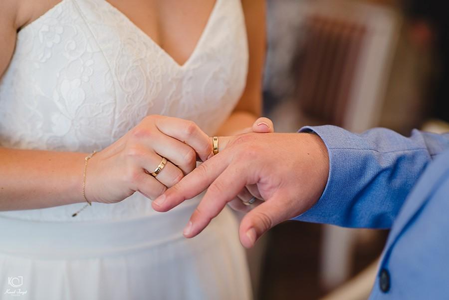 zakładanie ślubnej obrączki