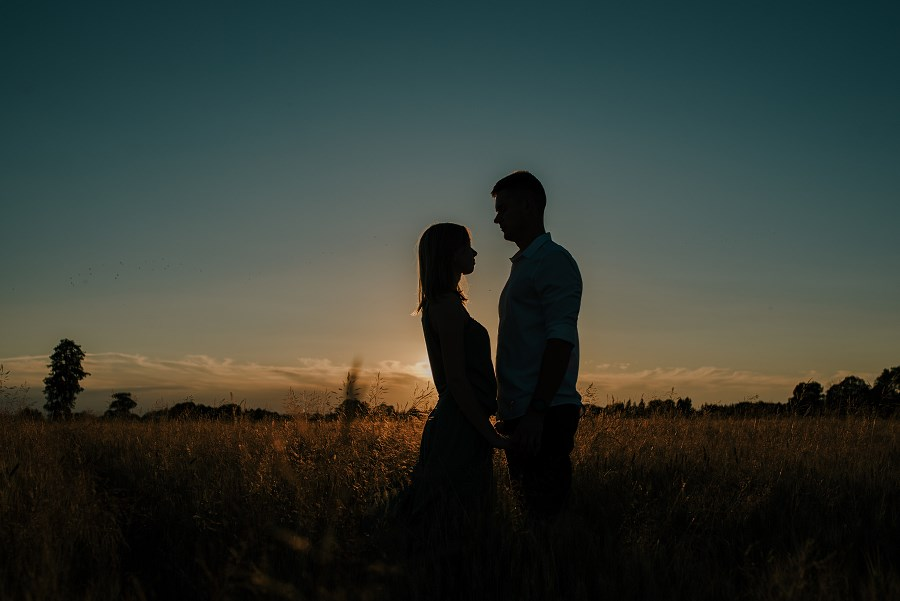 Romantyczna sesja przy ognisku - rocznica ślubu. 15