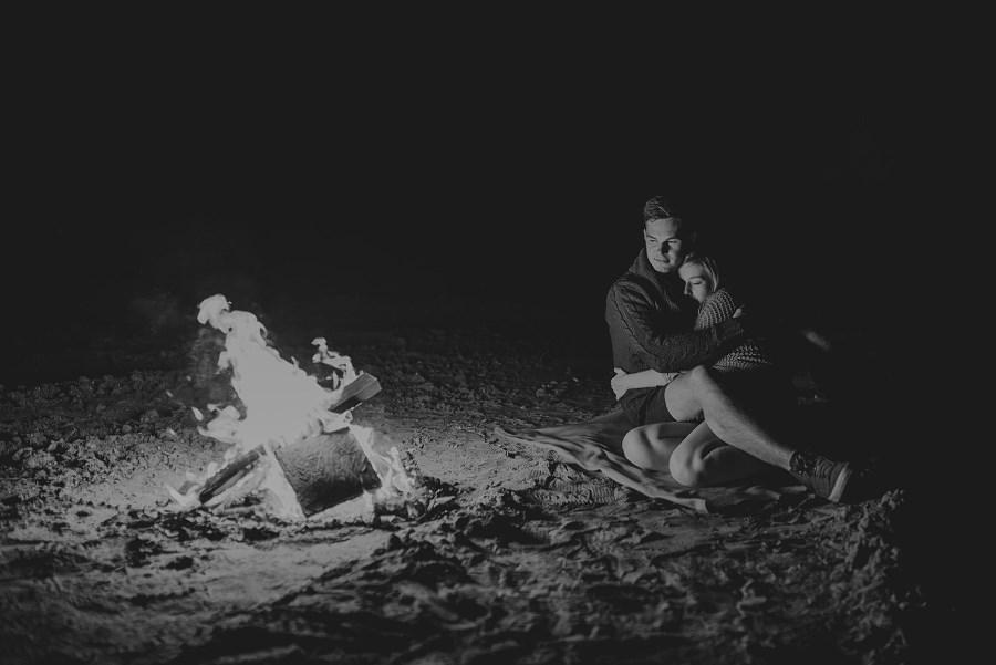 Romantyczna sesja przy ognisku - rocznica ślubu. 43