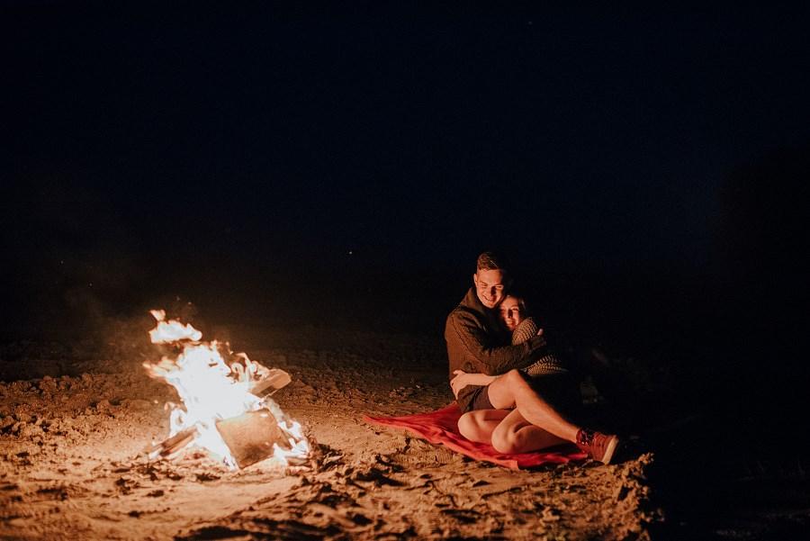Romantyczna sesja przy ognisku - rocznica ślubu. 44