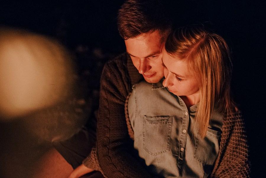 Romantyczna sesja przy ognisku - rocznica ślubu. 45